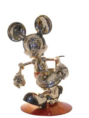 银色限量版米奇玩具 港币5888元 作为镇店之宝的这只米奇的独特之处在于,设计它的日本设计师每年只推出1000只,而且每年的造型也绝不相同。它的每个关节均可像正常人一般活动,仿真度达到80%以上。