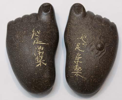 足型茶具 港币200元 茶具模仿大佛的双足而制成,左右对称。