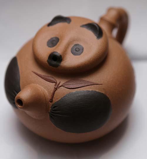 熊猫茶壶 港币1540元 利用茶壶本身的形状,用壶盖模拟熊猫脸,浑然天成。