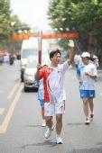 图文:圣火在杭州传递 第194棒火炬手传递祥云