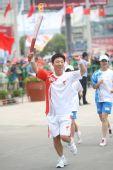 图文:圣火在杭州传递 第199棒火炬手传递祥云