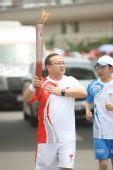 图文:圣火在杭州传递 第202棒火炬手传递祥云