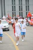 图文:圣火在杭州传递 第205棒火炬手传递祥云