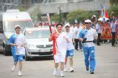 图文:圣火在杭州传递 第206棒火炬手传递祥云