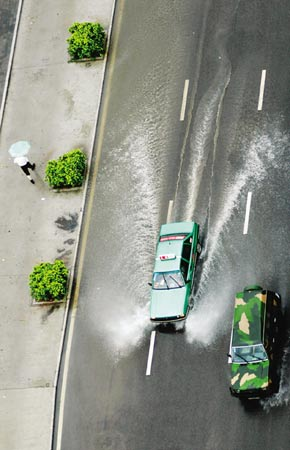 路面积水,车如船在水中行