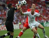 图文:葡萄牙队3-1胜捷克队 里卡多出击拿球
