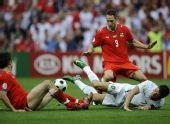 图文:葡萄牙3-1击败捷克 C罗被对手夹击倒地