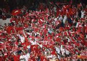 图文:土耳其队2-1逆转瑞士队 土球迷欢呼胜利