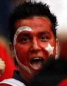 图文:土耳其队2-1逆转瑞士队 土球迷国旗涂脸