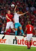 图文:土耳其队2-1逆转瑞士队 双方队员争头球