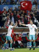 图文:土耳其队2-1逆转瑞士队 土队员击掌庆祝