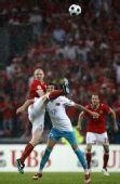 图文:土耳其队2-1逆转瑞士队 双方拼抢激烈