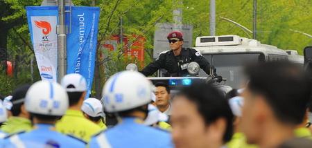 戴墨镜的韩国特警站在警车的天窗里