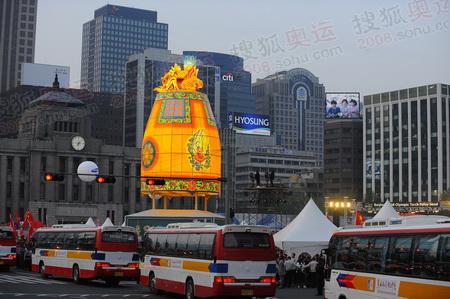 庆典仪式现场,首尔为传递进行过精心的准备,从这里我们乘坐大巴直奔机场
