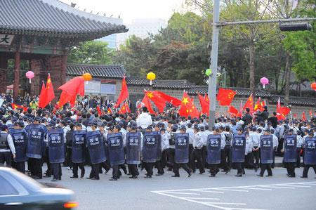 庆典现场外,韩国防暴警察集结,中国留学生和藏独支持者在这里发生正面冲突