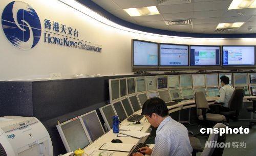 6月11日,香港天文台工作人员密切关注天气变化情况。目前,该台正积极准备,以全力为8月份在香港举行的北京奥运会马术比赛提供气象服务。 中新社发 孙自法 摄