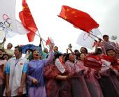 图文:奥运火炬在贵阳传递 当地群众加油