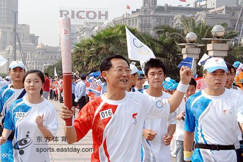 上海火炬手刘翔的父亲刘学根打出爱心手势
