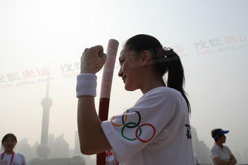 上海火炬手周迅打出爱心手势