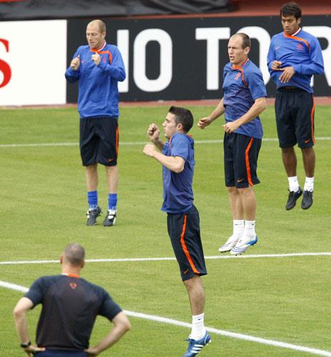 图文:[欧洲杯]荷兰备战法国 队员练起袋鼠跳