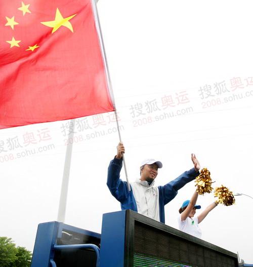 手举国旗的男子