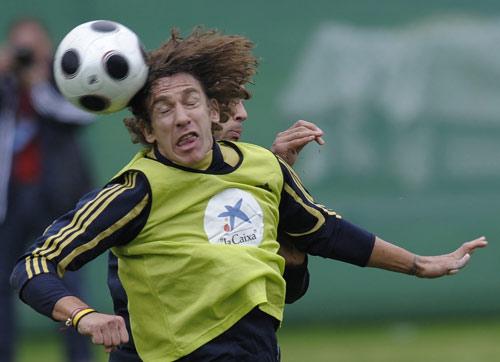 图文:[欧洲杯]西班牙备战瑞典 普约尔争顶头球