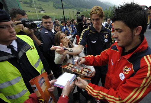 图文:[欧洲杯]西班牙备战瑞典 比利亚签名