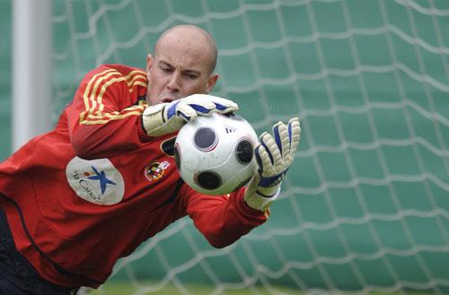 图文:[欧洲杯]西班牙备战瑞典 雷纳训练中扑救