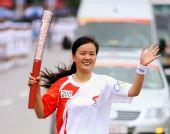 图文:奥运火炬在贵阳市传递 火炬手高梅