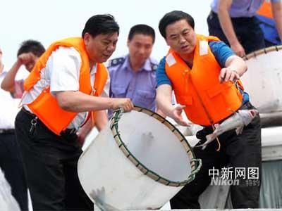 江阴今天举行长江放流活动,共投放一千二百万尾珍稀鱼苗入长江。 孙文荆 摄