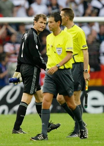 图文:德国1-2克罗地亚 莱曼怒视裁判