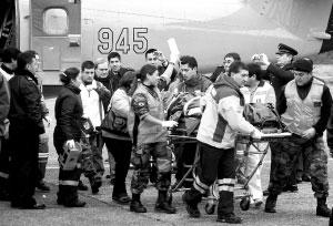 6月11日,智利空军人员在运送失事飞机中的伤者。新华/法新