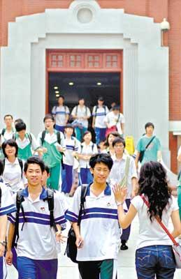 学生在考场内竞争结束了,高校招生的竞争才刚开始。黎旭阳摄