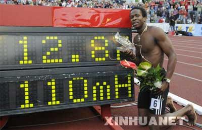 6月12日,古巴选手罗伯斯在显示自己成绩的记分牌前留影。当日,在捷克俄斯特拉发进行的国际田联大奖赛上,罗伯斯以12秒87的成绩获得男子110米栏冠军。新华社/法新
