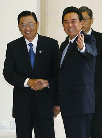6月12日上午,海协会会长陈云林与海基会董事长江丙坤在北京钓鱼台五号楼举行会谈。
