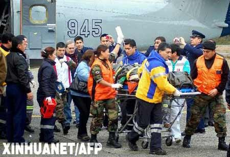 6月11日,智利空军人员在南部城市蒙特港市帮助运送飞机失事事故中的一名伤者。智利内政部副部长哈博埃当日证实,7日在智利南部失踪的小型民用飞机已在该国南部丛林中找到,机上9名乘客全部生还,但飞行员丧生。 新华社/法新