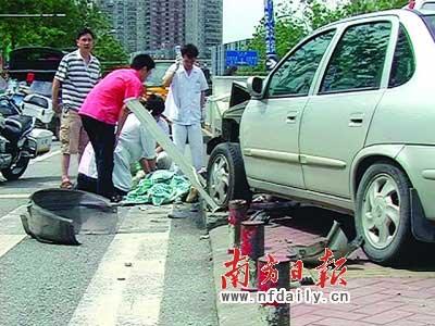 路政人员和交警正在现场处理(谢庆裕摄)