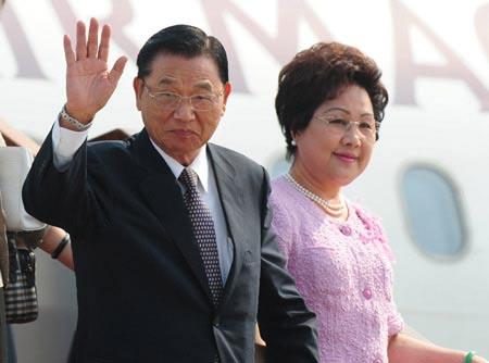 江丙坤携夫人陈美惠6月11日下午抵达北京。法新社