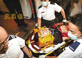部分空姐因航机遇气流撞伤,送院时需要抬床及坐轮椅。(图片来源:文汇报)
