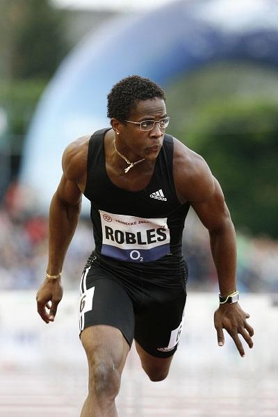 图文:罗伯斯12秒87破刘翔纪录 比赛英姿勃发