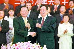 海协会会长陈云林(右)和海基会董事长江丙坤互赠签字笔 安旭东 摄