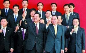 今天上午9时许,陈云林和江丙坤签署两项协议后一起举杯致意。安旭东摄