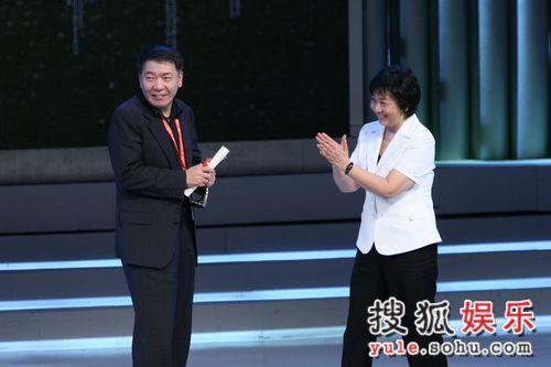 上海市领导为郑晓龙颁奖