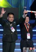 图:《士兵突击》获上海电视节金奖-高举证书
