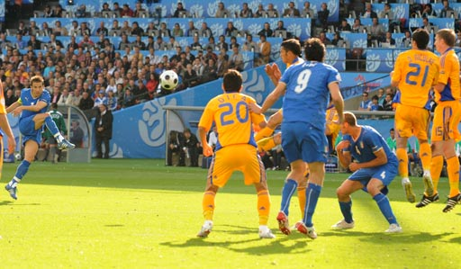 图文:意大利1-1罗马尼亚 皮耶罗主罚任意球