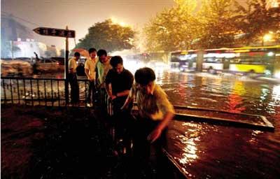 大钟寺附近严重积水,行人绕行。