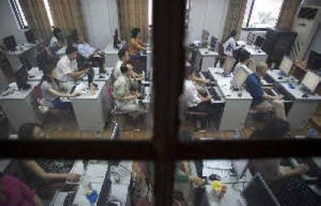 昨日,上海华东师范大学高考阅卷点,老师正在电脑前阅卷。早报记者 鲁海涛 图