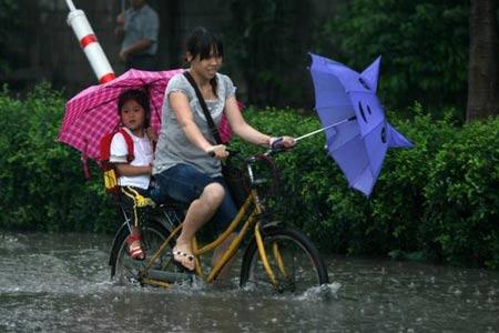 2008年6月13日傍晚,厦门市集美区杏林日新路严重积水,已是一片汪洋。