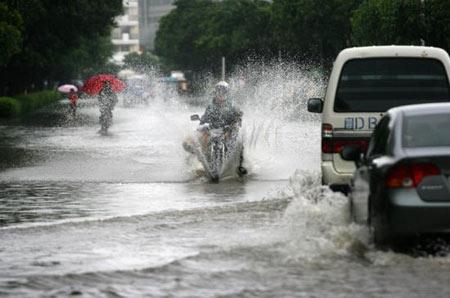2008年6月13日傍晚,厦门市集美区杏林日新路,水中行驶的摩托车犹如摩托艇。