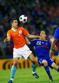 图文:[欧洲杯]荷兰4-1法国 范佩西与里贝里拼抢